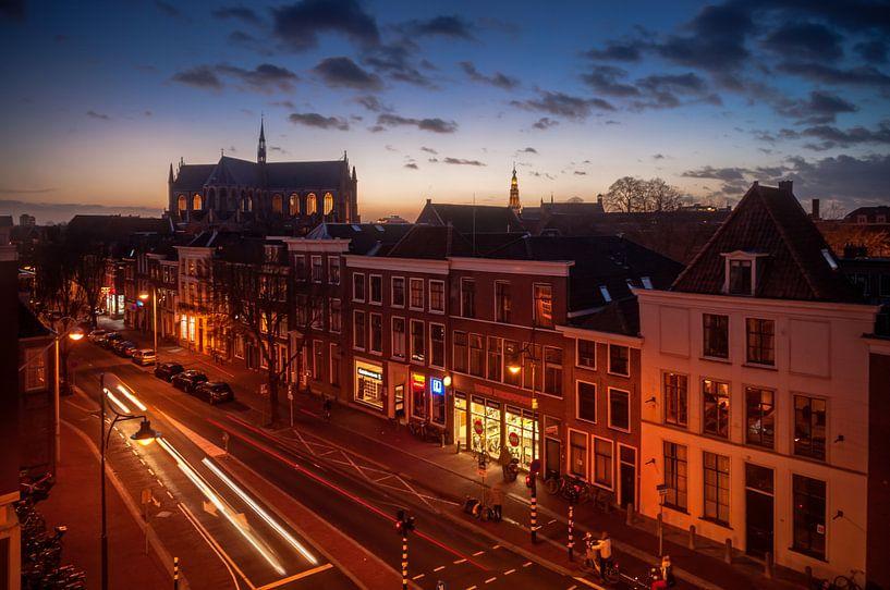 Avond valt over de Hooigracht in Leiden van Martijn van der Nat