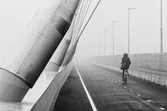 Fietser op De Oversteek in mist van Eus Nieuwenhuizen