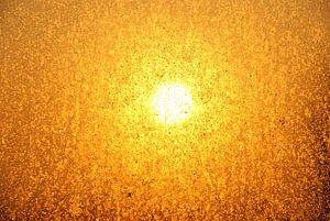 De zon die door het bedruppelde raam schijnt