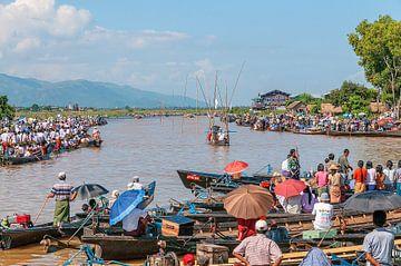 Myanmar: Phaung Daw Oo Pagoda Festival (Nan Pan) van Maarten Verhees
