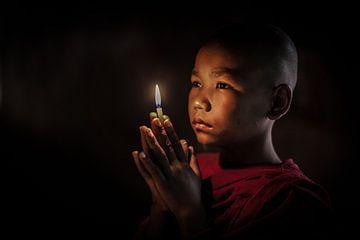 BAGHAN,MYANMAR, DECEMBER 12 2015 -Jonge  monnik in gebed in budhistisch klooster in Baghan. van Wout Kok