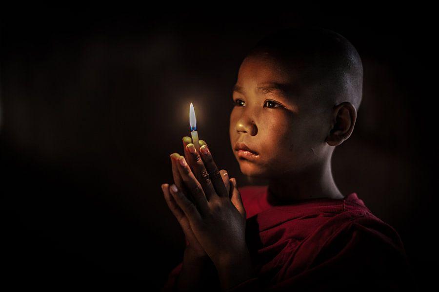 BAGHAN,MYANMAR, DECEMBER 12 2015 -Jonge  monnik in gebed in budhistisch klooster in Baghan.