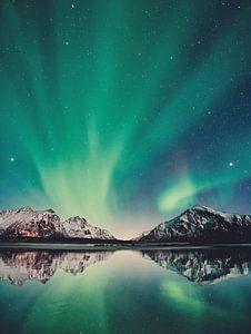 Noorderlicht met bergen, zee, sterren in Scandinavië