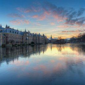Het Torentje en Binnenhof Den Haag weerspiegeld in de bevroren Hofvijver na zonsondergang van Rob Kints