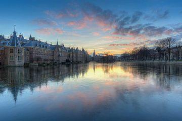 Het Torentje en Binnenhof Den Haag weerspiegeld in de bevroren Hofvijver na zonsondergang van