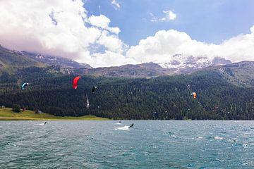 Kitesurfer aan de Silvaplanersee in Zwitserland van Werner Dieterich