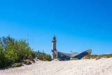 Blick auf den Leuchtturm mit Teepott in Warnemünde von Rico Ködder