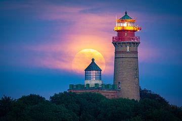 Leuchtturm mit Mond von Martin Wasilewski