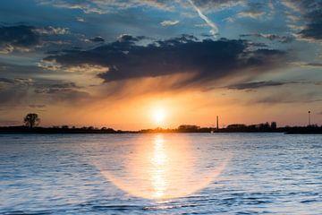 zonsondergang boven de waal van Patrick Verhoef