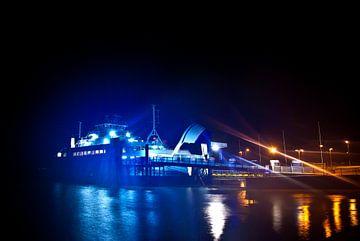 Bij de veerbootterminal 's nachts van Norbert Sülzner