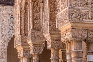 Piliers de l'Alhambra de Grenade sur Lizanne van Spanje