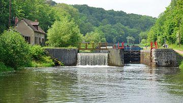 Stuw met sluis en sluisdeur in de schilderachtige rivier de Yonne in de Bourgogne, Frankrijk van Gert Bunt