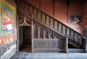 Verlassenes Treppenhaus mit Art.