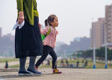 Meisje met haar moeder in Pyongyang, Noord Korea van Teun Janssen
