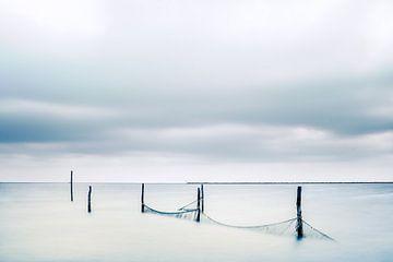 Fischernetze mit Holzpfosten im See von Fotografiecor .nl