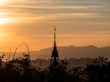 Myanmar - Kalaw - Beleuchtete Spitze eines Tempels von Rik Pijnenburg