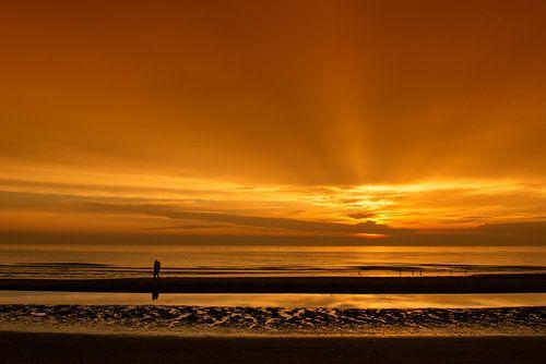 Liefde bij zonsondergang van Dick van Duijn