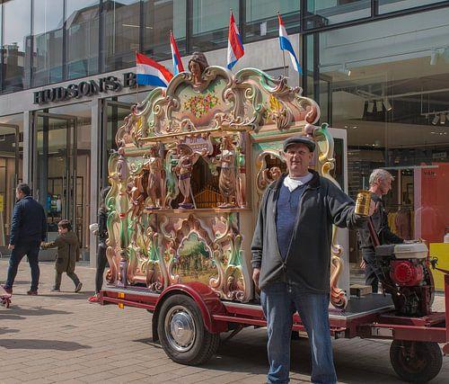 Draaiorgel in Tilburgse Heuvelstraat  van