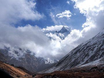 Nepal - Annapurna Track Himalaya - Uitzicht vanaf Annapurna Basecamp over de vallei van Rik Pijnenburg