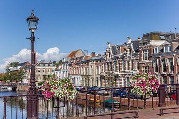 Brug met bloemen in Haarlem van Marc Venema