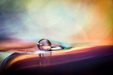 Macro van een druppel met gekleurde achtergrond von