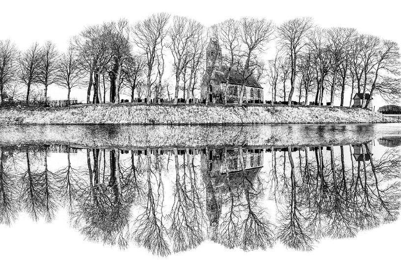 Het kerkje van het Friese dorpje Hijum gespiegeld in de ijsbaan van Harrie Muis