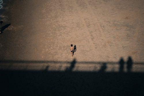 Jongen alleen op het strand