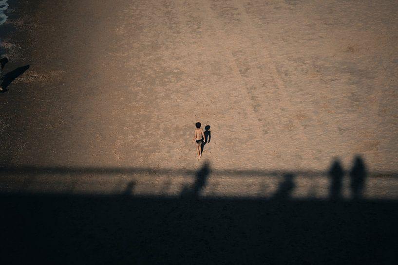 Junge allein am Strand von Oscar van Crimpen