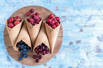 SF 12342448 Diverse bessen en kersen met ijshoorntjes van BeeldigBeeld Food & Lifestyle