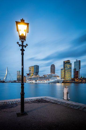 De Cruisterminal in Rotterdam bij zonsondergang
