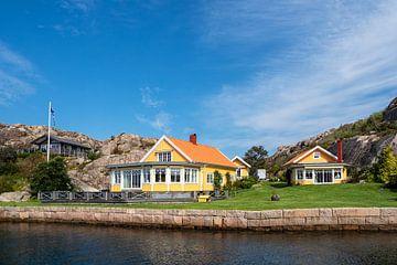Gebäude auf einer Schäreninseln vor der Stadt Fjällbacka in Schweden von Rico Ködder