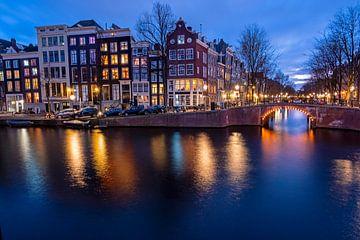 Les maisons d'Amsterdam le long des canaux aux Pays-Bas au coucher du soleil sur Nisangha Masselink