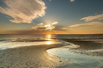 Lijnenspel op strand bij ondergaande zon van Bas Verschoor