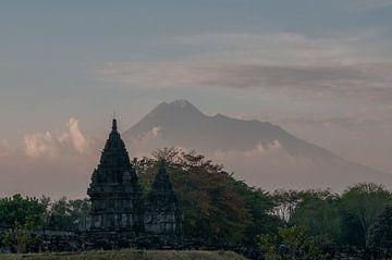 Hindu tempel voor de Merapi von
