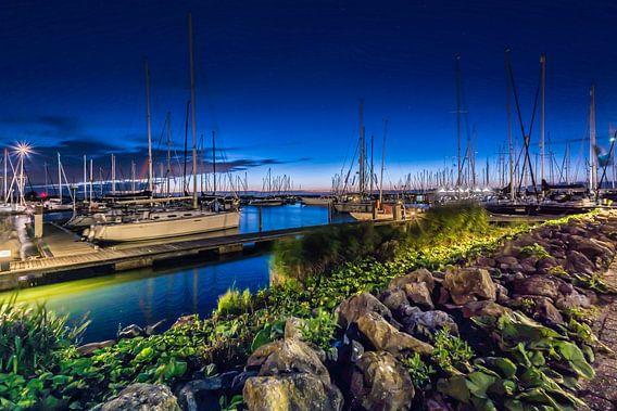 Avondrust in de haven van Marco Faasse