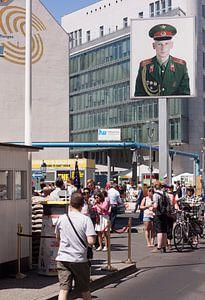 Communisme is kapitalisme bij Checkpoint Charlie
