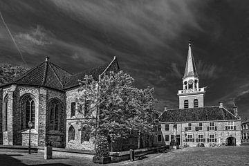 De kerk van Appingedam in de provincie Groningen in zwart/wit op een zonnige voorjaarsmorgen sur Harrie Muis