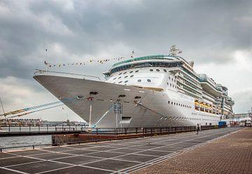 Passagiersschip aan de kade in Amsterdam von John Kreukniet