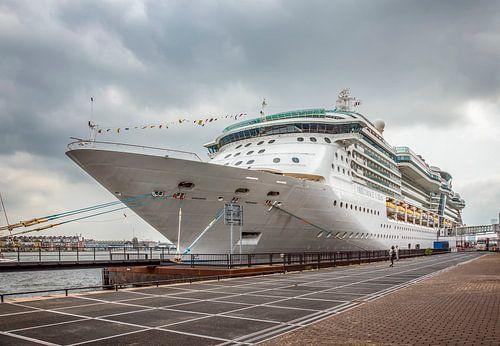 Passagiersschip aan de kade in Amsterdam van