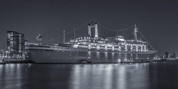 Het SS Rotterdam in Rotterdam in de avond - 1