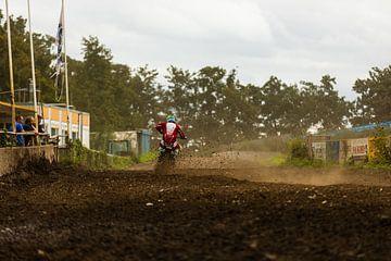 Wegrijdende motorcrosser van Fabio Holkema
