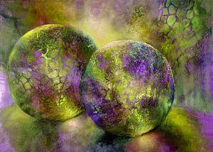 Kleine schatten - glazen bollen in het licht met geel en violet van Annette Schmucker