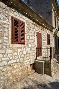 Maison traditionnelle dans la ville de Krk en Croatie sur Heiko Kueverling