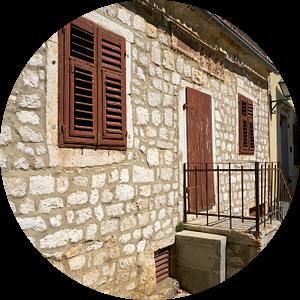 Traditioneel huis in de stad Krk in Kroatië van Heiko Kueverling