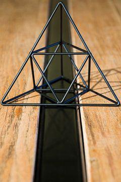 Abstracte driehoek van Mika Leinders
