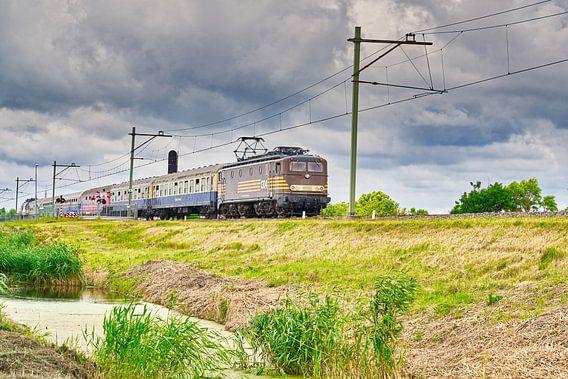 elektrische locomotief 1304 door het Noord-Hollands landschap