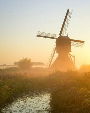 Moulin à vent au lever du soleil aux Pays-Bas sur Jos Pannekoek