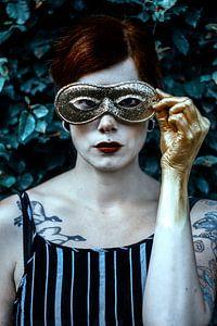Vrouw met gouden masker van Laura Wienk