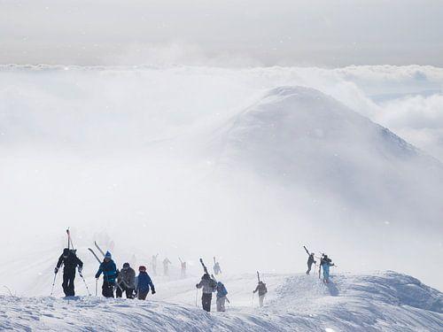 Skiërs op de vulkaan Annapuri in Japan van