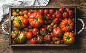 SF 11996298  Kleurrijke tomaten in rustieke houten bak van BeeldigBeeld Food & Lifestyle